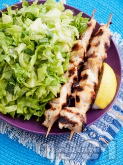 Печени пилешки шишчета на скара със зелена салата - снимка на рецептата